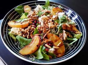 Grilled Peach gorgonzola salad